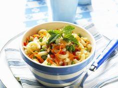 Gemüse-Nudel-Salat ist ein Rezept mit frischen Zutaten aus der Kategorie Nudelsalat. Probieren Sie dieses und weitere Rezepte von EAT SMARTER!