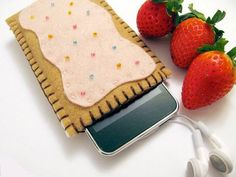 Mmmm...felt Pop-tart Felt phone case. Just an idea but I can do this...even for a Kindle! Pink, tan felt, small beads, black thread..A glue gun to glue the icing on!