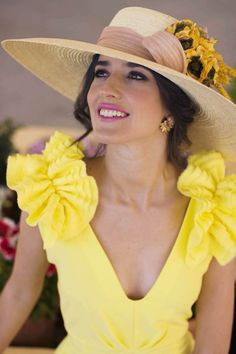 Vestido amarillo boda dia tocado Dress Up Outfits, Grad Dresses, Fashion Dresses, Summer Dresses, Mother Of The Bride Hair, Fancy Hats, Yellow Fashion, Headpiece Wedding, Summer Hats