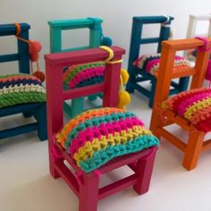 Sillitas de colores con funda tejida Crochet Art, Crochet Toys, Doll Furniture, Dollhouse Furniture, Baby Deco, Stool Covers, Tiny Dolls, Vintage Chairs, Chairs