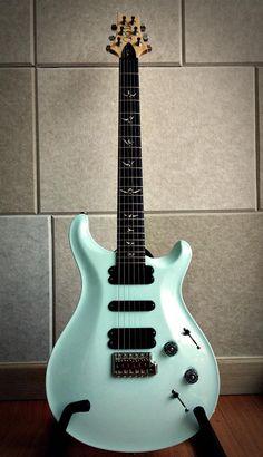 Une PRS 513 finition Baby Blue. Retrouvez des cours de guitare d'un nouveau genre sur MyMusicTeacher.fr