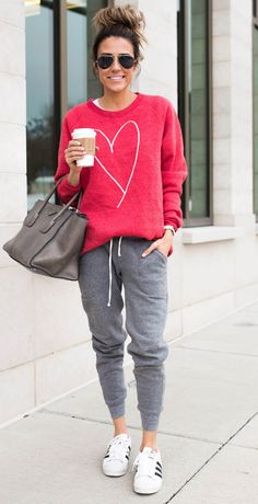 Heart sweatshirt and joggers casual sporty outfits, athleisure outfits, oufits casual, casual jeans Sport Style, Sport Chic, Sport Girl, Moda Outfits, Sport Outfits, Oufits Casual, Casual Outfits, Casual Jeans, Jogger Outfit