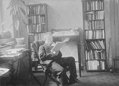 Maisteri E. A. Tunkelo työhuoneessaan. SKS:n sihteerin professori Aukusti Robert Niemen ottama kuva 1900-luvun alusta. Kuva: A. R. Niemi (Museovirasto).