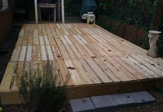 Build A Deck From Pallets - How To Build A Fabulous Diy Floating Deck Diy Deck Pallet 9 Awesome Diy Backyard Ideas Pallet Outdoor Pallet Deck Diy Patio Deck Out Of 25 Wooden Pall. Pallet Patio Decks, Patio Diy, Diy Deck, Pallet Porch, Pallett Deck, Outdoor Pallet, Old Pallets, Recycled Pallets, Wooden Pallets