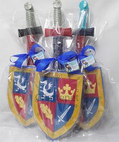 Escudo feito em EVA com desenho do tema e forrado com plástico cristal. Acompanha espada com capinha