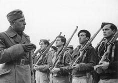 Spain - 1936-39. - GC - Cadetes del Bando Sublevado recibiendo instrucción por un oficial alemán de la Legión Cóndor