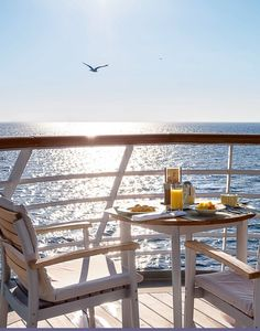 "BREAKFAST WITH A VIEW || Den Tag begrüßen im Yacht Club. || Say ""Good morning, World"" at the Yacht Club. 