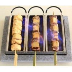 brochettes de foie gras et son barbecue de table :)  c'est tout simple, on pose les brochettes, on allume, 4 minutes plus tard, elles sont parfaitement cuites