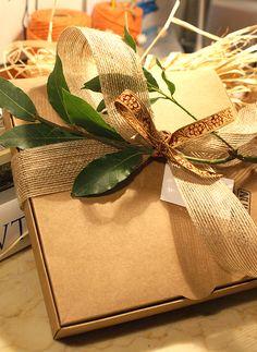 """Hoy queremos hacer mención especial a los """"pack de regalo"""" que realizamos con cada NUKBOOK. La persona que realiza un NUKBOOK siempre tiene un motivo, y nos encanta prepararlo, para que cuando lo reciban, sea algo único.  *Pack realizado con cinta de seda estilo romano, cuerda rústica y laurel natural."""""""