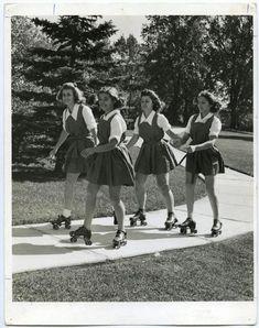 vintage school girls on rollerskates Looks Vintage, Vintage Love, Retro Vintage, Roller Derby, Roller Skating, College Girl Fashion, Photo Vintage, Teddy Boys, Vintage Photographs
