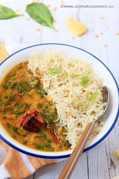 Step-by-step recipe with pictures to make dal palak. How to prepare Indian spinach dal curry. Dal Palak Recipe, Dahl Recipe, Spinach Dal, Spinach Curry, Homemade Pesto Sauce, Indian Cookbook, Fried Fish Recipes, Indian Food Recipes, Ethnic Recipes