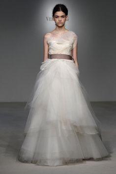 """Romantisches Brautkleid mit asymmetrischem Tüllrock aus Vera Wangs Bridal-Kollektion, Frühjahr 2012"""