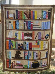 The most beautiful quilt ever! Lol Harry Potter bookcase Quilt by Jennifer… Peluche Harry Potter, Décoration Harry Potter, Harry Potter Quilt, Harry Potter Crochet, Harry Potter Fabric, Book Quilt, Quilt Top, Patchwork Quilt, Quilts