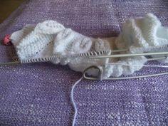 PAP...chaquetita canesu hojas Knitted Hats, Knitwear, Knitting, Crochet, Baby, Fashion, Baby Kimono, Handmade Baby Clothes, Baby Knits