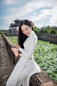 The 'Ao Dai' ( Vietnamese traditional long dress ) is a symbol of the beauty of Vietnamese women as well as the country's culture. Vietnamese Traditional Dress, Vietnamese Dress, Traditional Dresses, Traditional Fashion, Ao Dai, Poker Online, Oriental, Beautiful Asian Women, Beautiful Ladies