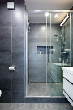 Velký sprchový kout s posuvnými dveřmi nahradil vanu.
