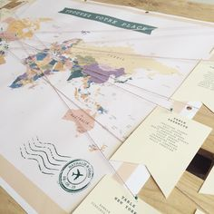 «Souvenir plan de table du mariage de N&G ✨ #nostalgie #findelasaison #mariage #wedding #papeterie #plandetable #weddingmaptable #maptable #instawedding…»