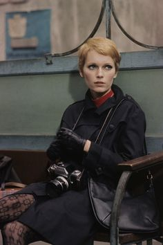 Mia Farrow had an awesome pixie cut Pixie Mia Farrow, Rosemary's Baby, Style Parisienne, Girls With Cameras, Fred Astaire, Pixie Hairstyles, Pixie Haircuts, Mode Vintage, Pixie Cut