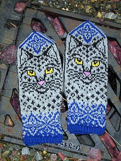 Ravelry: Winter Cat pattern by Natalia Moreva Knitted Mittens Pattern, Knit Mittens, Knitted Gloves, Knitting Socks, Hand Knitting, Knitting Patterns, Wrist Warmers, Hand Warmers, Motif Fair Isle
