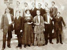 1903 - José Arouche de Toledo Júnior e Henriqueta Batalha Arouche com seus 11 filhos. Para a foto, os filhos postaram-se em ordem cronológica de nascimento: Uriel, o primogênito, é o primeiro à direita, acima; Zoroastro, o caçula, é o último abaixo, à direita.