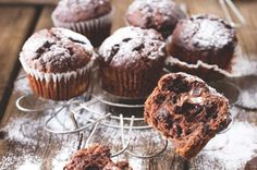 Čokoládové muffiny s banánem a kokosem | Apetitonline.cz Muffins, Muffin Bread, Sweet Cakes, Cupcake Recipes, Food Inspiration, Good Food, Food And Drink, Sweets, Eat