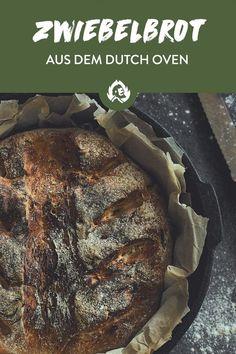"""Kennste das auch? Du schmeißt 'n spontanes Grill-Happening und schreibst in die WhatsApp-Gruppe """"Bitte jeder was zum Grillen mitbringen"""". Machbar — oder halt selber schnell das geilste Zwiebelbrot aus deinem Dutch Oven springen lassen und die Fertig-Verschweißtes-Discounter-Baguette-Fraktion ein für alle Mal auf die kulinarischen Bretter schmettern. Denn eigenes Brot ist King! Barbecue Party, Grill Party, Baguette, Russian Pastries, Tapas, Borscht Soup, Famous Drinks, Onion Bread, Grilling"""