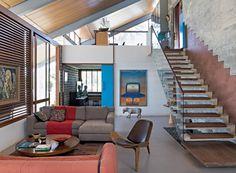 Integração | A fluidez é plena em toda a casa. Sob o mezanino, o home theater é isolado no living com o fechamento da porta, que recolhe para dentro da parede (Foto: Fotos e produção Projeto Sertões)