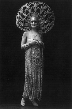 Vintage Headdress and costume made of pearls. Look Vintage, Vintage Beauty, Vintage Images, Vintage Ladies, Vintage Costumes, Vintage Outfits, Vintage Fashion, Vintage Burlesque, Cabaret