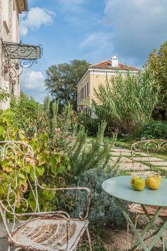 Du mobilier récup pour un jardin à l'esprit sauvage