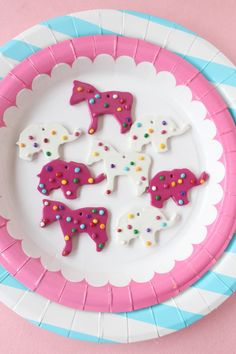 DIY simple clay circus animal cookie necklace charms from A Joyful Riot Diy Party Animals, Animal Party, Diy Necklace Display Stand, Clown Cupcakes, Carnival Cakes, Colorful Desserts, Sculpey Clay, Rainbow Sprinkles, Animal Crackers