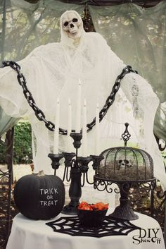 Scary Halloween DIY ghost tutorial at http://diyshowoff.com - chicken wire and cheesecloth #lowescreator