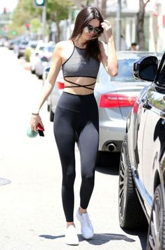 Kendall Jenner , top trançado, legging preta, tênis branco, Moda fitness, roupas para malhar.