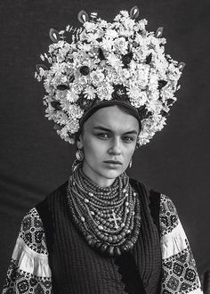 Woman wearing a Ukrainian headdress Traditional Fashion, Traditional Outfits, Mexican Design, Floral Headdress, Ukraine Women, Vintage Photos Women, Folk Costume, Costumes, Floral Crown