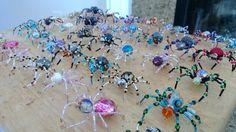 Tutorial : Beaded Spider Bead Jewellery, Diy Jewelry, Beaded Jewelry, Wire Crafts, Bead Crafts, Spider Decorations, Christmas Spider, Spider Crafts, Adornos Halloween