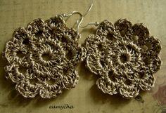 Koronkowe kolczyki wykonane szydełkiem z bawełny merceryzowanej.