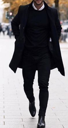 Un look totalement black 🖤 Efficace ! #ootd #style #classe #menlook Winter Outfits Men, Stylish Mens Outfits, Mens Fashion Suits, Mens Suits, Black Outfit Men, All Black Mens Suit, Mantel Outfit, Herren Outfit, Mens Clothing Styles