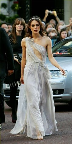 Keira Knightley (in Rodarte) goes for the Venetian angel look at the UK premiere of Atonement at the Odeon in Leicester Square on Tuesday in London,… Keira Knightley Style, Keira Christina Knightley, Beautiful Celebrities, Beautiful People, Bora Malhar, Revealing Dresses, Emerald Dresses, Hair Images, Pride And Prejudice