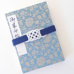 初詣などで神社を回る際に持ち歩きたい御朱印帳。バッグの中で開いてしまわないように留めておくゴムバンドも、水引飾りが気品を添えてくれます。 Japan Art, Tie Knots, Bookbinding, Sewing Hacks, Bookmarks, Friendship Bracelets, Macrame, Wraps, Paper Crafts