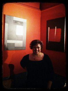 """L'artista Carla Isabella Simioni in visita alla mostra personale """"Compensazioni (ed altri incidenti)"""""""