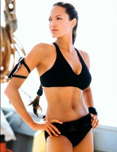 Angelina Jolie Vous vous souvenez ? C'est quand même grâce à Tomb Raider que l'on a connu Angelina Jolie. Corps de sportive et avantageux, l'actrice n'a pas hésité à poser, comme ici en 2008. Depuis,l'actrice a, volontairement, modifié sa silhouette pour prévenir les risques de cancer du sein.