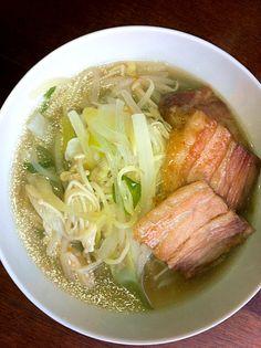 塩味の豚と鰹出汁を使った湯麺。モヤシと葱とエノキと大根入りの焼豚乗せ。 - 0件のもぐもぐ - 野菜タンメン by yumama