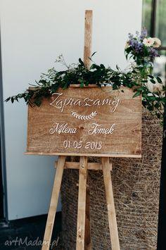 Tablica witająca gości stała się nieodłącznym elementem wesel. Możemy umieścić na niej Wasze imiona i datę ceremonii, lub inny wybrany napis, np. powitanie gości, cytat.  **JAK ZOSTAŁA ZROBIONA?** Tablica została wykonana ręcznie. Podstawę stanowi liściasta sklejka pokryta specjalną emulsją i olejem. Spersonalizowane literki są wycięte w sklejce i przymocowane do tablicy. Możemy wykonać w innym kolorze.  **WYMIARY** wysokość: 35 cm szerokość: 60 cm Ladder Decor, Inspiration, Wedding, Home Decor, Biblical Inspiration, Valentines Day Weddings, Decoration Home, Room Decor, Weddings