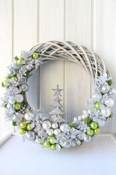 Green and silver winter/Christmas wreath Wreath Crafts, Diy Wreath, Holiday Crafts, Fall Arts And Crafts, Christmas Holidays, Christmas Ornaments, Navidad Diy, Holiday Wreaths, How To Make Wreaths