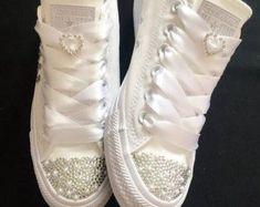 La boda de novia a medida converse cristales por Bellebling en Etsy Converse Wedding Shoes, Wedding Sneakers, Bling Shoes, Glitter Shoes, Bling Inverse, Bridal Shoes, Trendy Wedding, Wedding Bride, Post Wedding