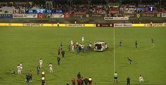 Momente tragice in Ştefan cel Mare, jucatorul echipei Dinamo, Ekeng s-a prăbuşit pe teren fără să fi fost lovit de vreun adversar. După șapte minute după ce a intrat pe teren in jocul cu Viitorul, mijlocaşul la închidere de 26 de ani Ekeng, s-a prăbuşit pe teren şi a rămas inert. Potrivit site-urilor de sport, Ionel Dănciulescu, directorul sportiv al lui Dinamo, a fost surprins de camerele de filmat plângând.  | Stiri Sportive