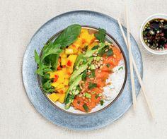 En pokebolle er en Hawaii-inspirert middagsrett som gjerne serveres med rå marinert fisk over sushiris sammen med avokado, mango og vårløk. Super for deg som er glad i sushi, men som ønsker litt mer grønnsaker.