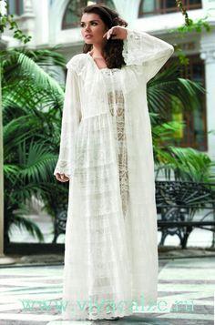 16007 Кимоно Коллекция MIA MORE.  Изящный длинный халат Mia-Mia полуприлегающего силуэта с v-образным вырезом горловины и кружевным воротником из однотонной сетки с кружевом разной ширины.