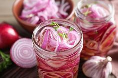 Homemade Pickled Red Onions is a recipe you'll use again and again to add flavor to your salads, grain dishes, sandwiches and beans. Red Onion Recipes, Lemon Recipes, Sauce Steak, Pickled Vegetables Recipe, Sauce Sriracha, Sauce Alfredo, Sauce Cocktail, Quick Pickled Red Onions, Homemade Lasagna