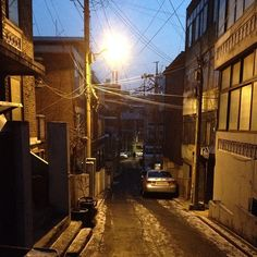 iammanri / 이 아침에 집에서 나가는 건 꽤 오랜만인 듯. 언덕길 내려가는데 길이 살얼어 있어서 엄청 미끄럽네. / #골목 #비탈 #길 / 2013 12 30 /