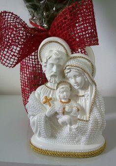 Linda Sagrada Família em pérola e strass com pintura branca com dourado.  Presente especial, ótima opção para casamentos. All Saints, Altar, Christmas Ornaments, Holiday Decor, Ideas, Plaster Crafts, Handmade Crafts, Craft Ideas, Diy And Crafts